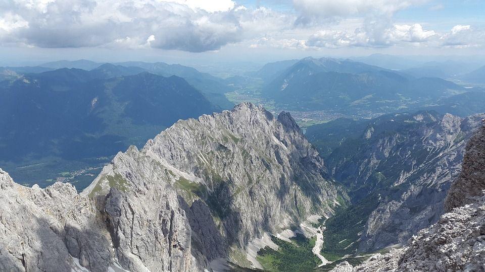 Graue Berggipfel