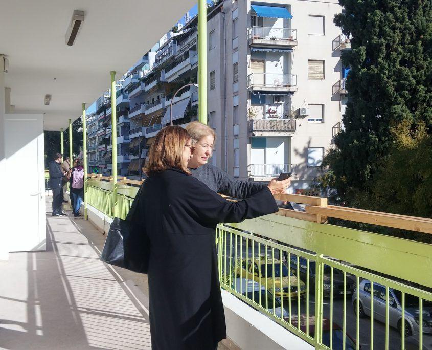 Personen auf Balkon