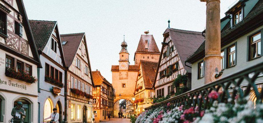 Historische Altstadt mit Fachwerkhäusern und Foßgängerzone.
