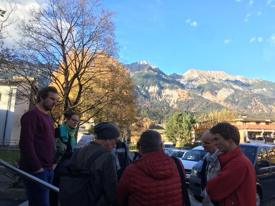 Personen vor Bergpanorama
