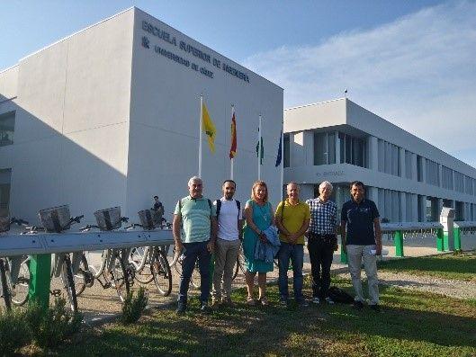 Projektverantwortliche vor der Universität Cadiz