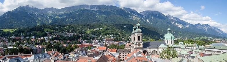 Stadt Innsbruck vor Bergen