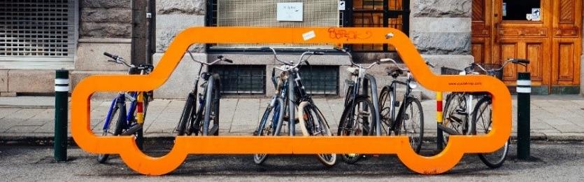 Fahrräderm in einem orangenen Fahrradständer