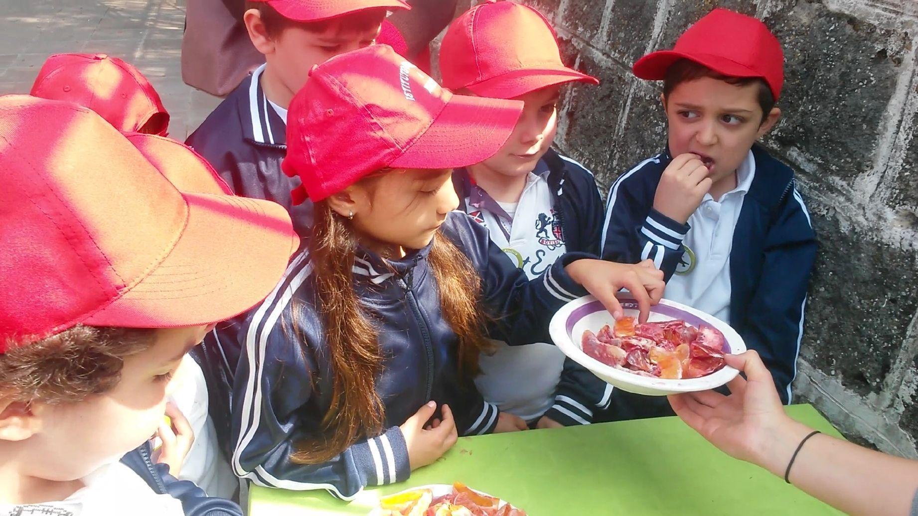 Kinder essen Früchte auf Sizilien