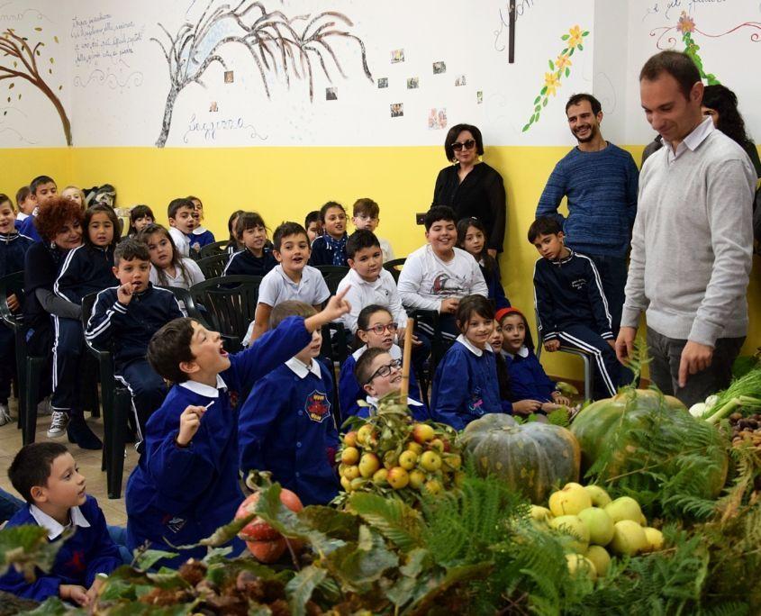 Kinder spielen Ratespiel mit Früchten und Gemüse