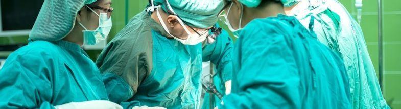 Ärzte führen im Krankenhaus eine operation durch