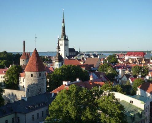 Estnische Hauptstadt Tallin vor blauem Himmel