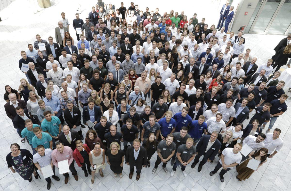 Gruppenfoto mit Energiescouts im Haus der Deutschen Wirtschaft