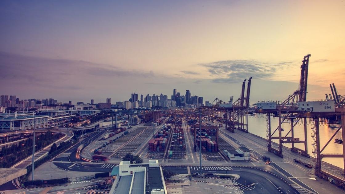 Blick über Hafen auf Stadt