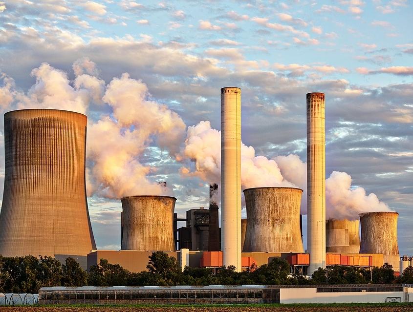 Rauchende Schornsteine von einem Kohlekraftwerk