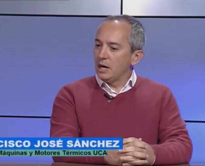 """Mann mit kurzen frauen Haaren sitzt in Fernsehstudio. Text in Bauchbinde: """"Franciso Jose Sanchez. Dir. Dpto. Maquinas y Motores Termicus UCA"""""""