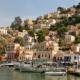 Griechisches Dorf über dem Meer