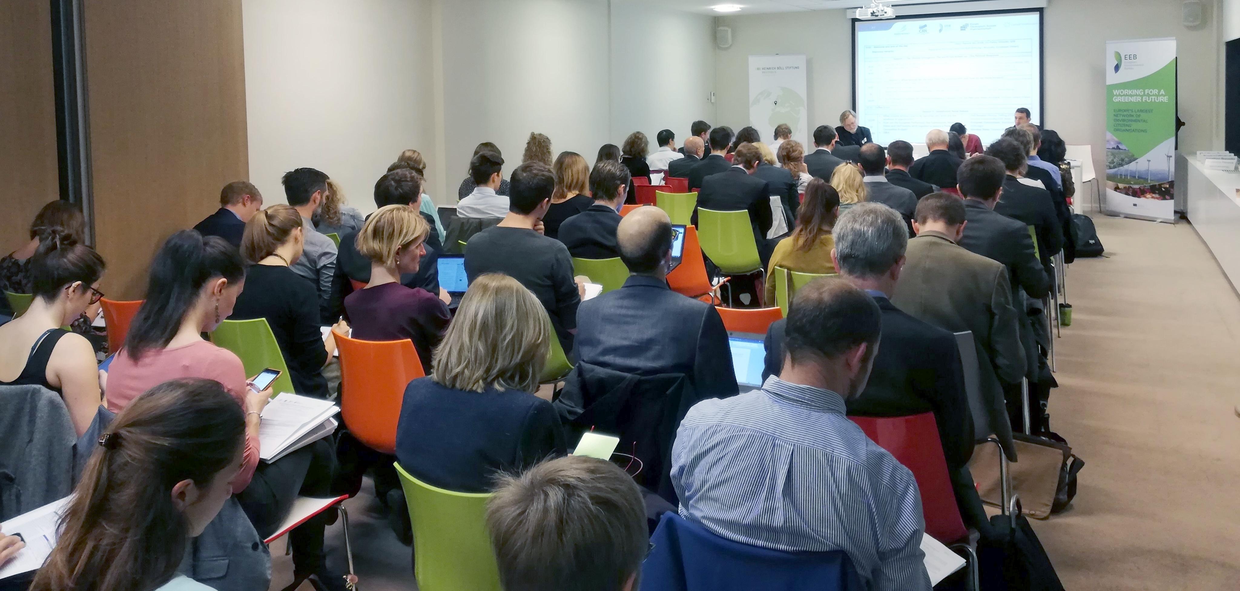 Voll besetzter Konferenzssaal in Brüssel