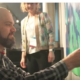 Mann pinnt Steckbrief an Europakarte