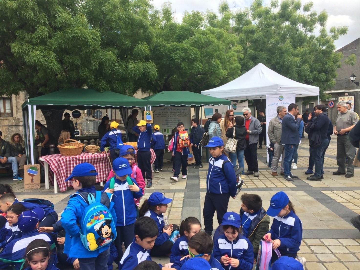 Markt in Santa Domenica Vittoria mit zahlreichen Kindern und Marktständen