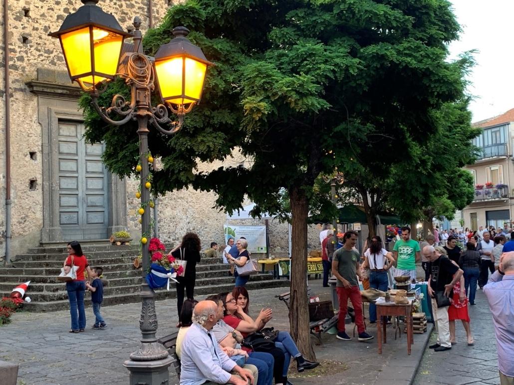 Bauernmarkt in Randazzo. Besucher des Randazzo in Fiore sitzen vor Kirche