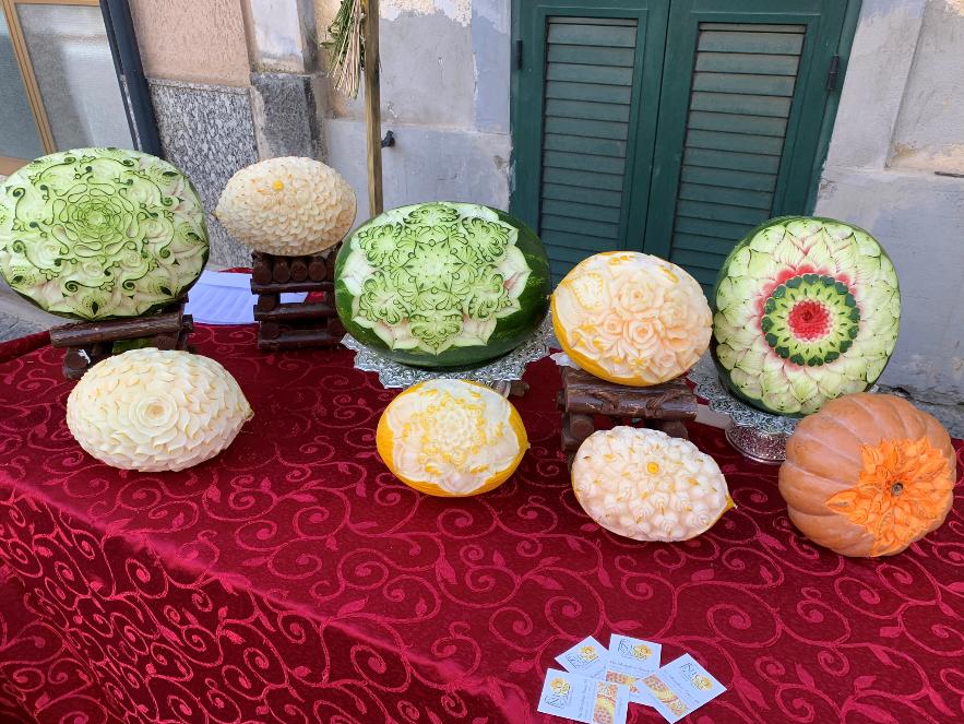 Geschnitzter Kürbis und Melonen für Hochzeiten