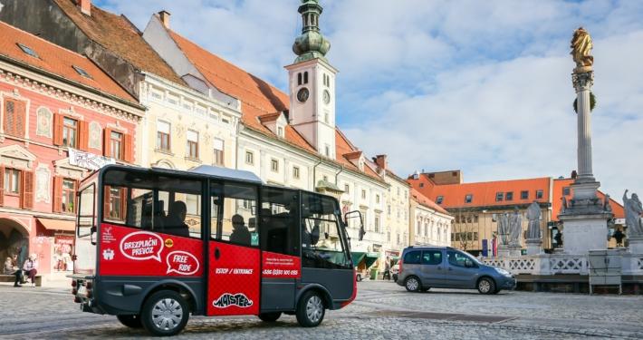 Elektrobus im Zentrum der slowenischen Stadt Maribor