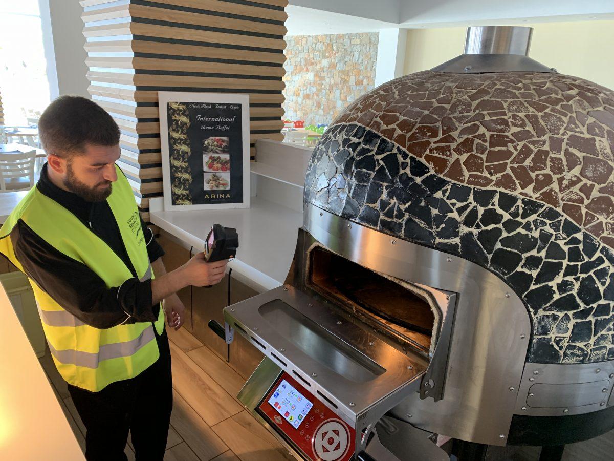 Konstantin Aivaliotis vom Arina Beach Resort beim Messen an einem Ofen