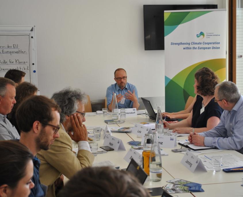 Nils Myer-Ohlendorf von Ecologic an Konferenztisch