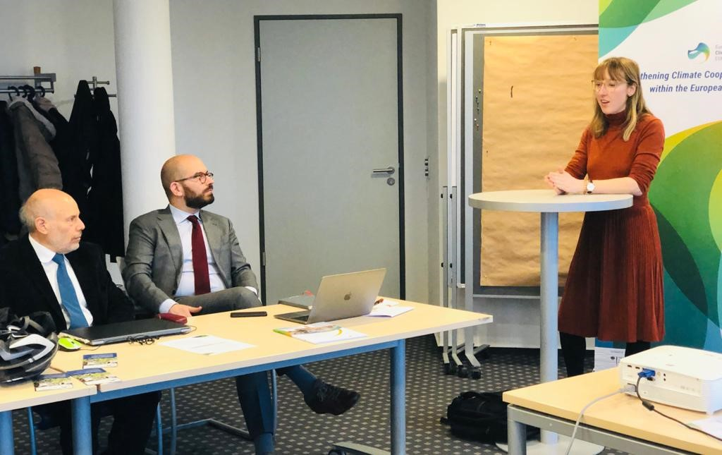 Mateja Kahmann (stehend) begrüßt András Lukács und István Bart (sitzend)