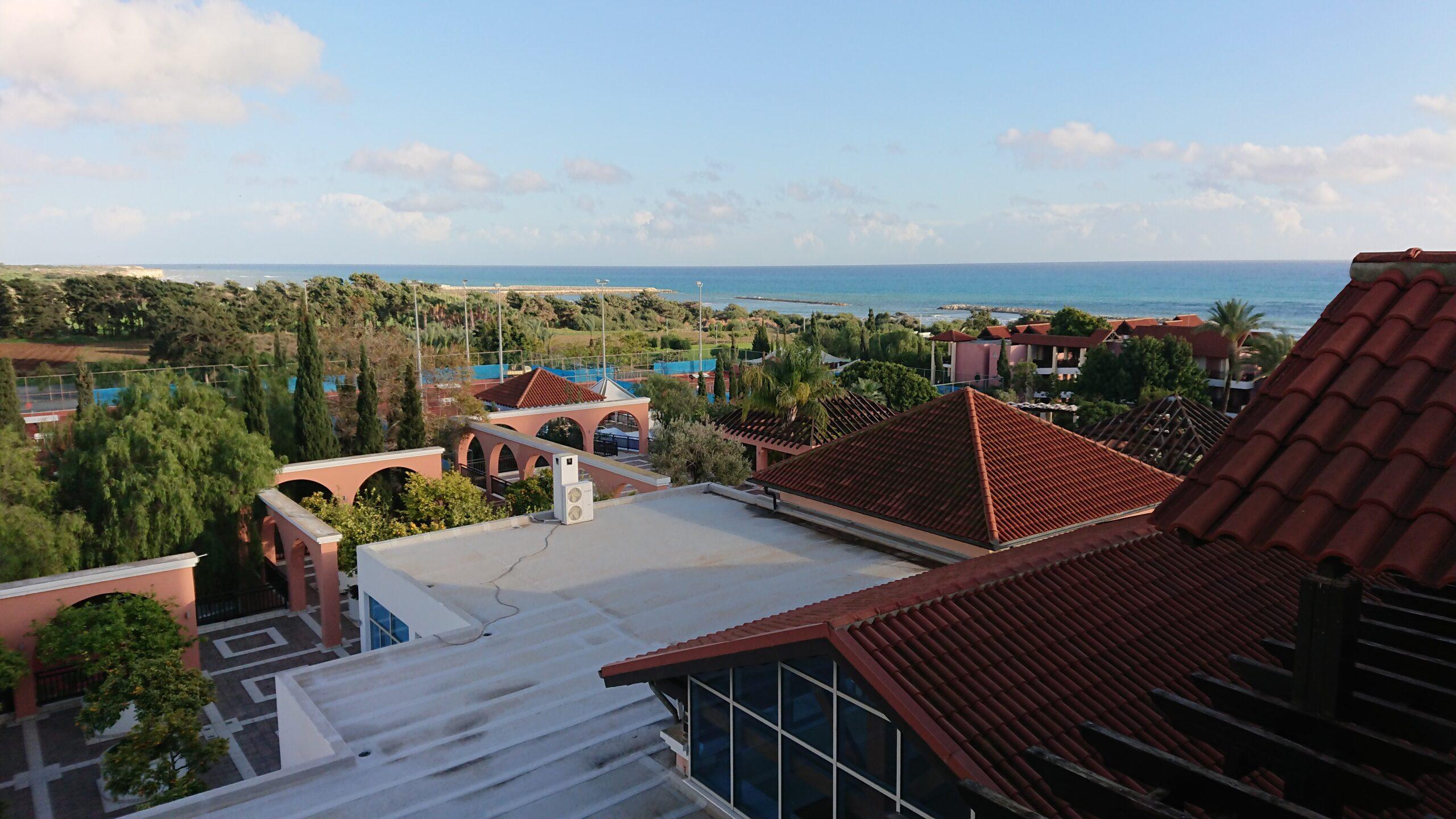 Hotelanlage mit Meer im Hintergrund