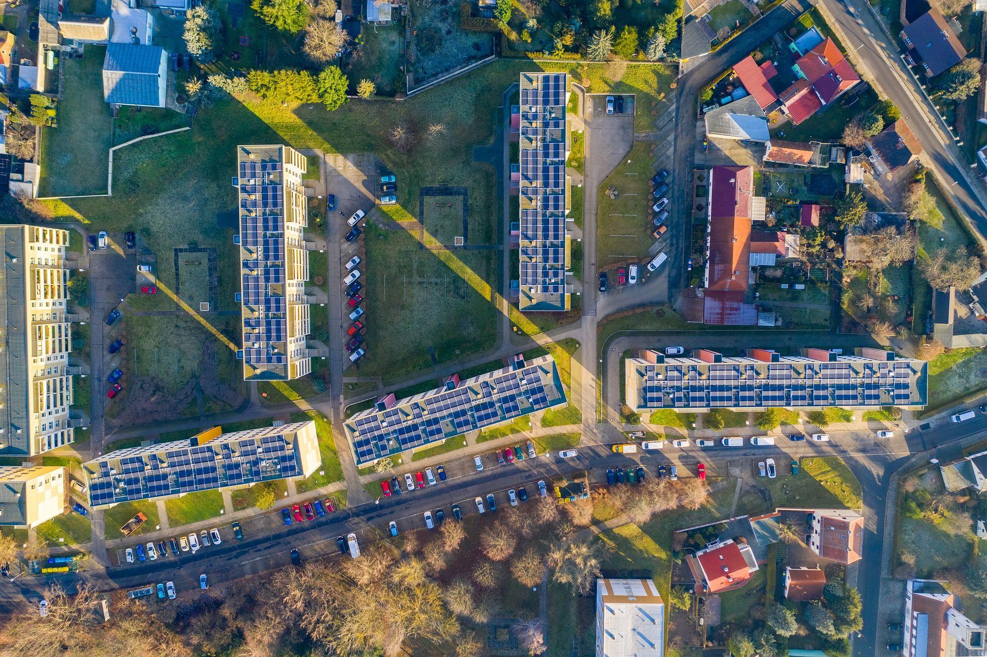 Blick auf grüne Dächer und Straßen