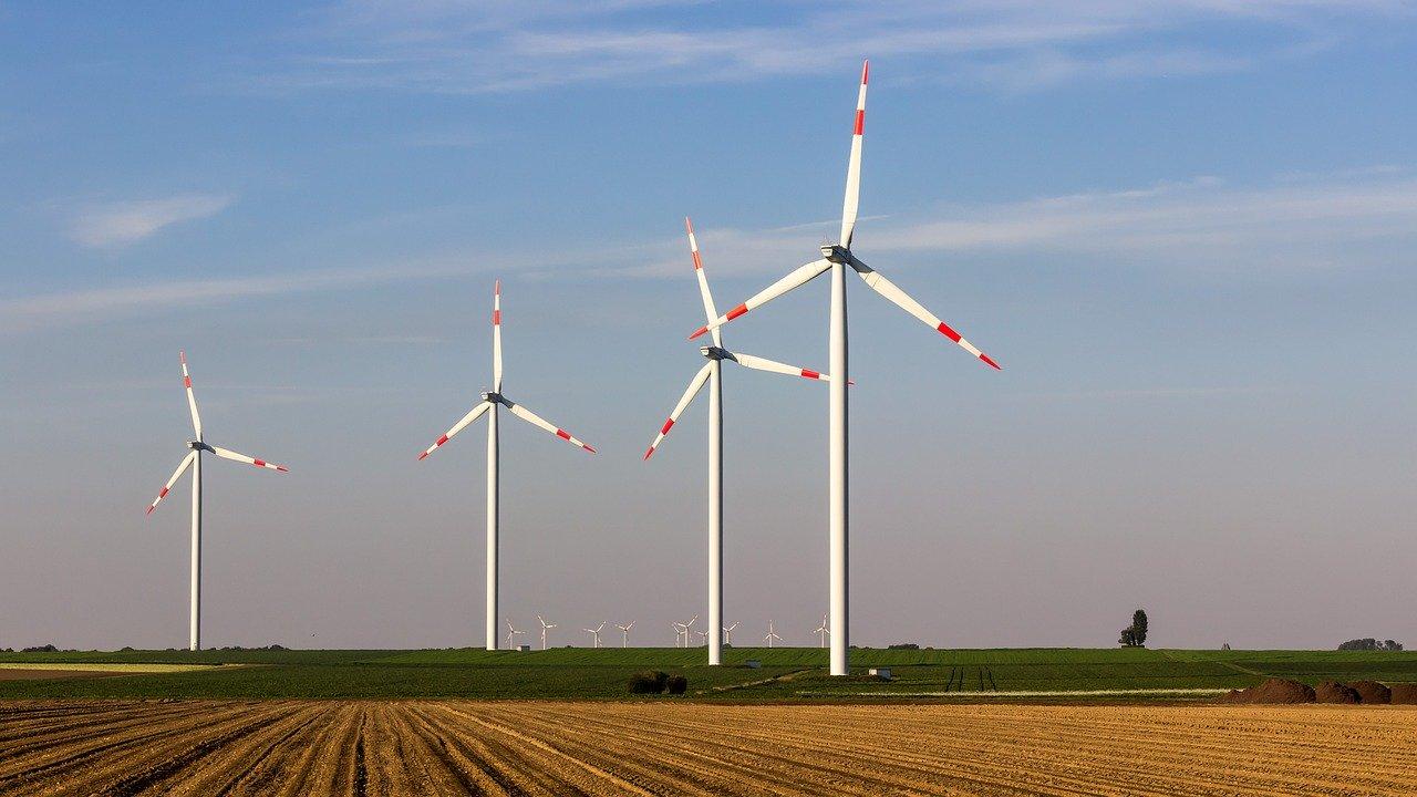 Windräder auf Feld