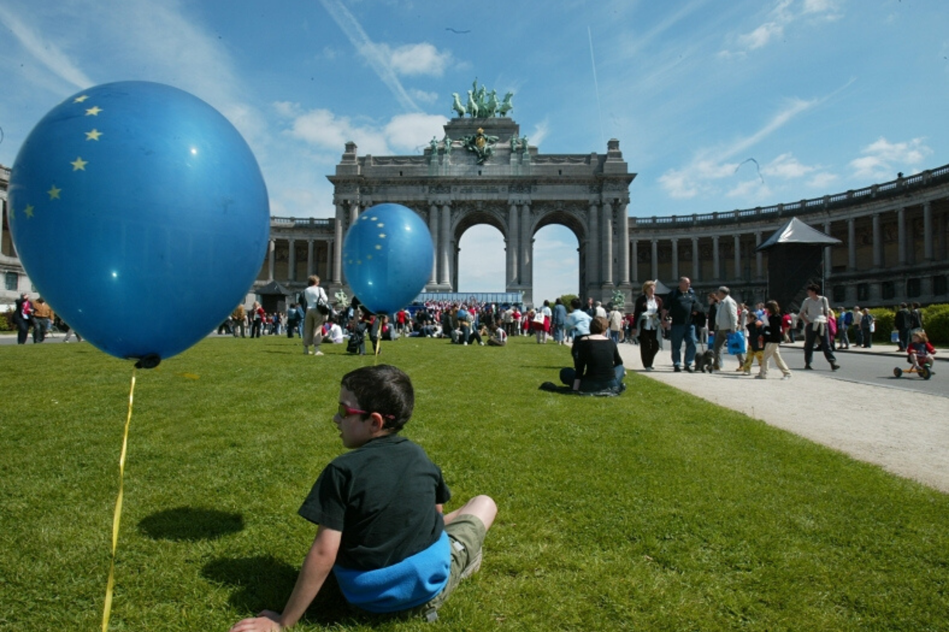 Boy in front of Brandenburger Tor