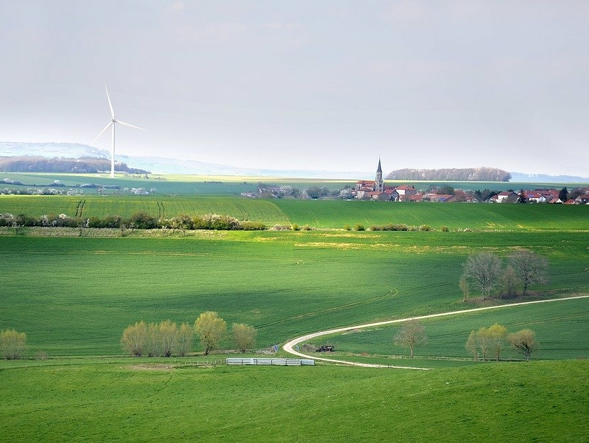 Landschaft mit Windrad