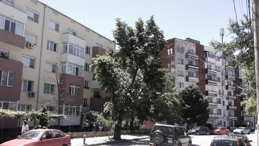 Renovated and non-renovated multifamily buildings in Kula