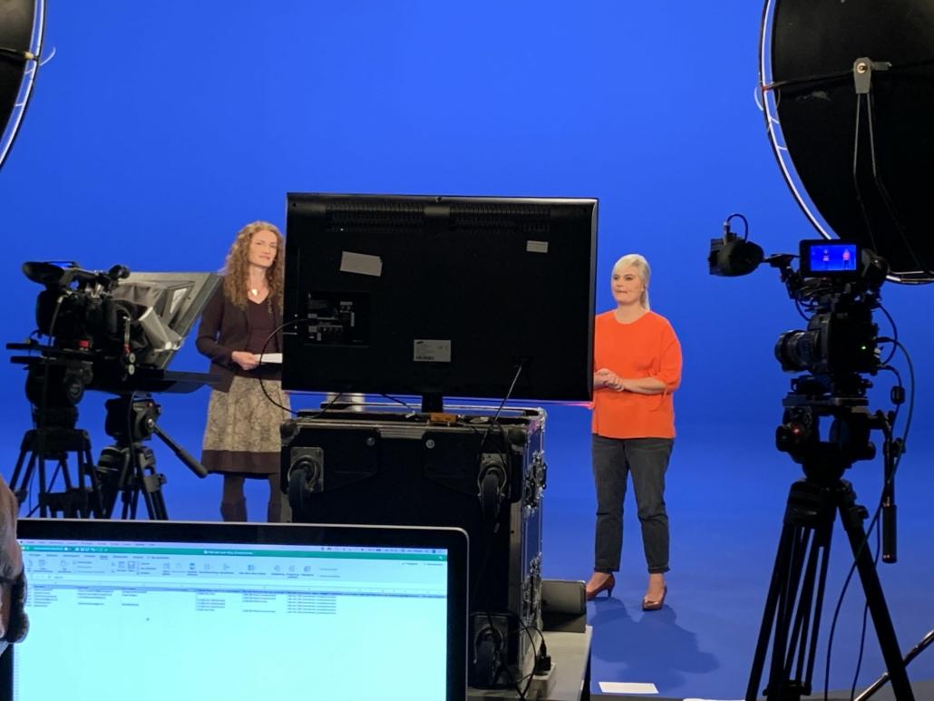 Zwei Frauen stehen im Studio