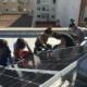 Frauen installieren Photovoltaikanlage auf einem Dach