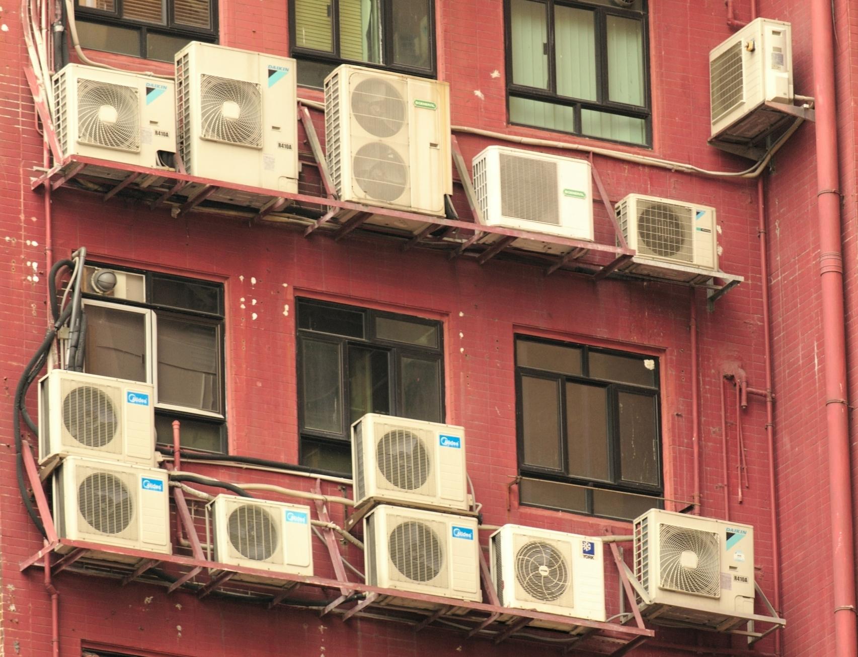 Ein Gebäude mit übermäßig vielen Klimaanlagen mit hohem Energieverbrauch.