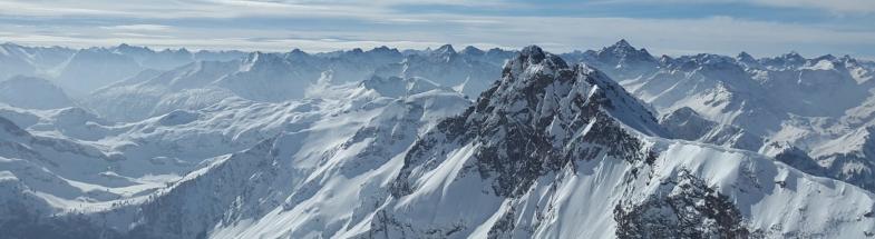 Mit Schnee bedeckte Berge der Alpen.