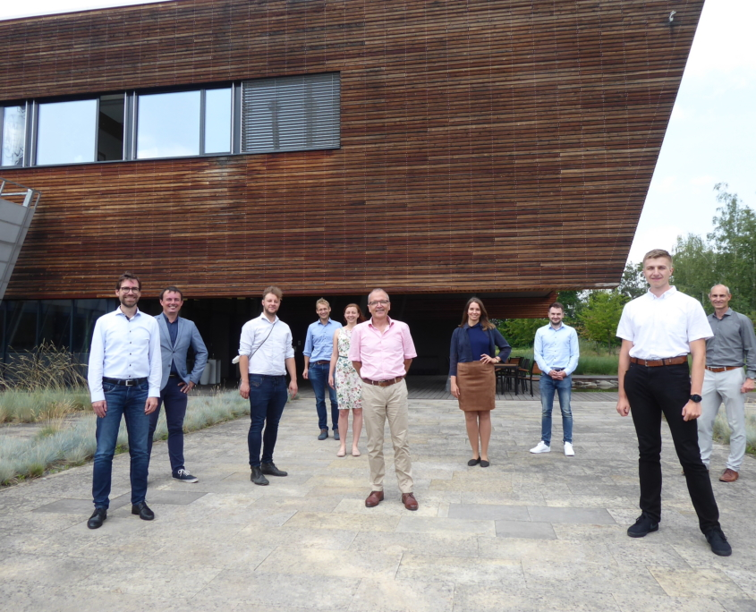 Das internationale CaBAb-Team vor dem Gebäude des UCEEB in Prag: (v.l.n.r.): Prof. Dr.-Ing. R. Lechner (KoKWK), Ing. Jakub Maščuch (UCEEB), M. A. Marcus Kratschke (BayFOR),Dr.-Ing. Klaus Ramming (AGO), Mgr. Daniela Stolařová (UCEEB), Prof. Dr.-Ing. Andreas P. Weiß (KoKWK), Laura Weber M. Eng. (KoKWK), Philipp Streit M.Eng. (KoKWK), Ing. Jan Špale (UCEEB), Radim Kohoutek (APES)
